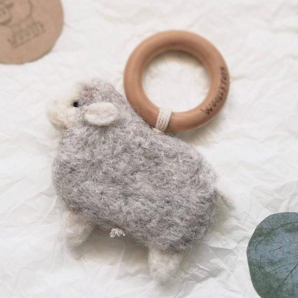 gyapjúból készült bárányos rágóka bükkfa karikával