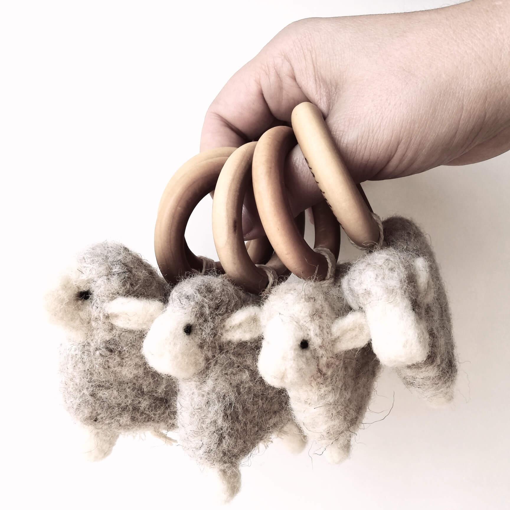 gyapjúból készült bárányos rágókák kézben