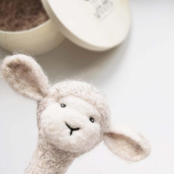 WoollyToys baba csörgő és fotókellék bárány