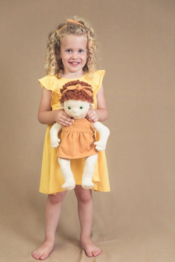 szőke kislány babával
